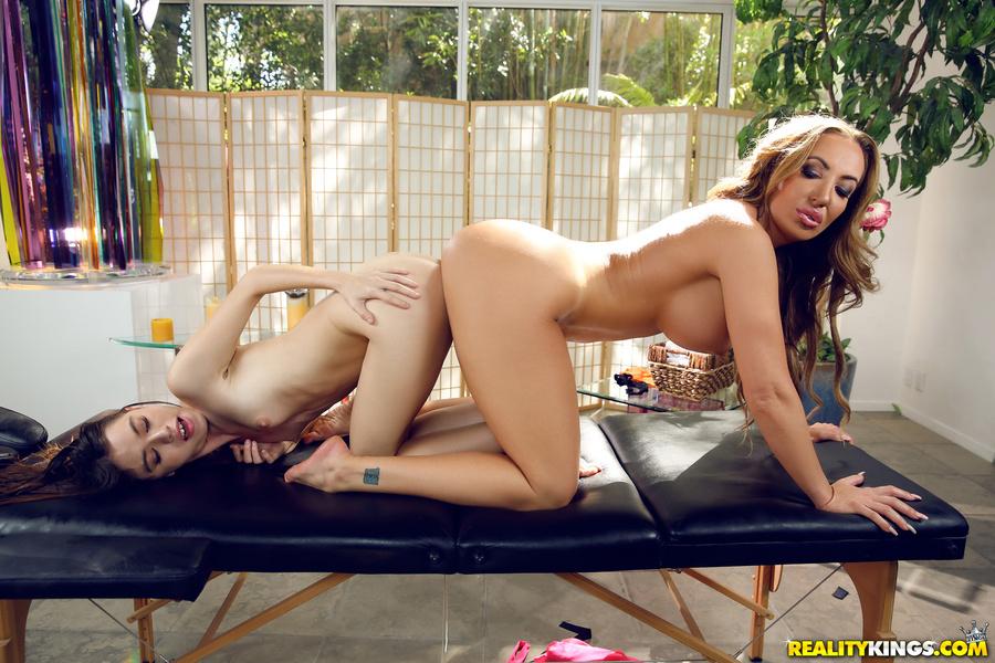 MomsLickTeens : The Massage – Richelle Ryan ,Lucie Cline